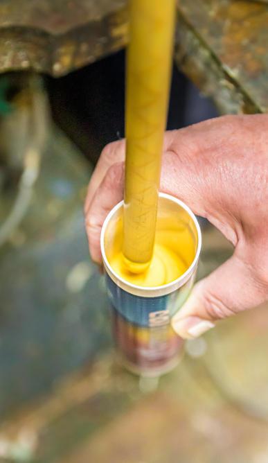 Abfüllung von gelben Acryl Dichtstoff Abby Coloracryl